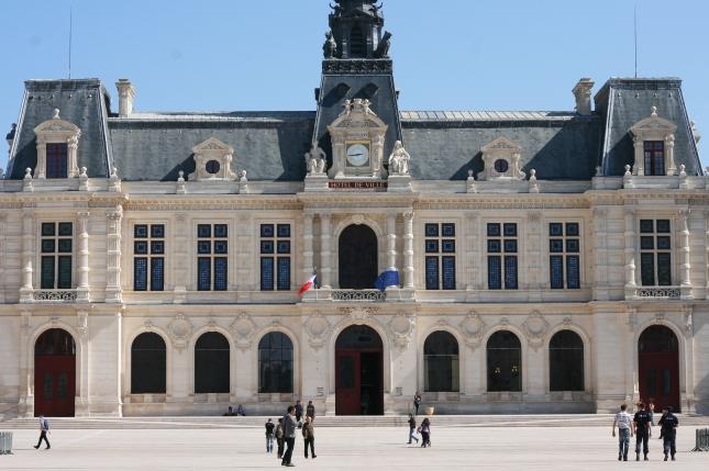 Façade_de_l'hôtel_de_ville_à_Poitiers,_Place_du_Maréchal_Leclerc copie