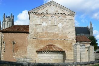Poitiers-Baptistère_Saint-Jean(côté_sud) copie
